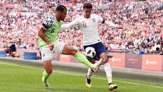 Dele Alli pelea un balón en un amistoso frente a Nigeria