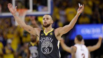 Curry celebra en la victoria de los Warriors