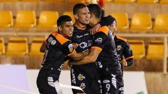 Martin Zúñiga festeja con sus compañeros un gol con Alebrijes de Oaxaca