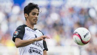 Jaime Gómez intenta controlar el balón en un juego de Gallos