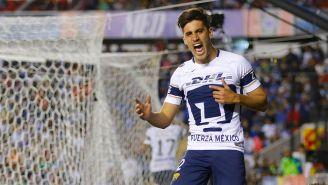 Josecarlos Van Rankin celebra un gol con Pumas