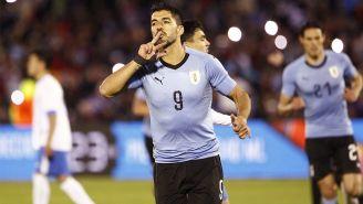 Suárez celebra una anotación con Uruguay durante un amistoso