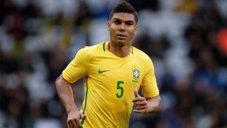 Casemiro disputa un encuentro con la Selección de Brasil