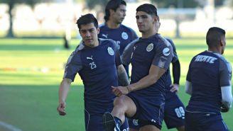 Michael Pérez y Alan Pulido, en un entrenamiento de Chivas