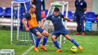 Batalla por el balón en el entrenamiento de Cruz Azul