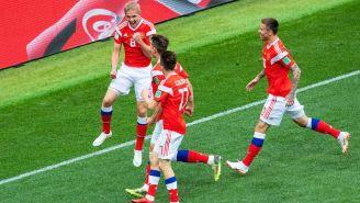 Jugadores de Rusia celebran una anotación en el juego inaugural