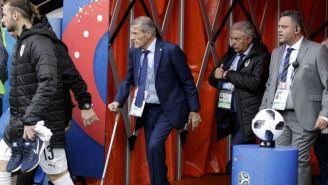 Óscar Tabarez (centro) ingresa a la cancha de la Yekaterinburg Arena