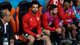 Salah, en la banca durante el juego frente a Uruguay