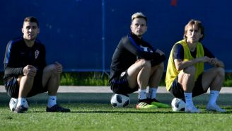 Ivan Rakitic, Luka Modric y un compañero observan entrenamiento de Croacia