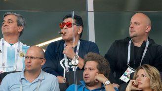 Maradona fue captado fumando un puro en el palco del Spartak de Moscú