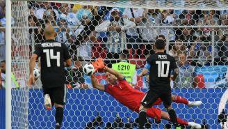 Lionel Messi falla penalti frente Hannes Halldorsson