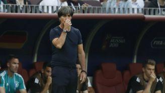 Joachim Low observa el juego entre Alemania y el Tri en Rusia 2018