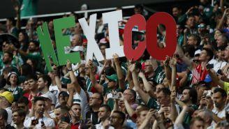 Aficionados muestras el nombre de México en las gradas del Luzhniki