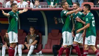 Los seleccionados mexicanos, celebrando el gol de Lozano