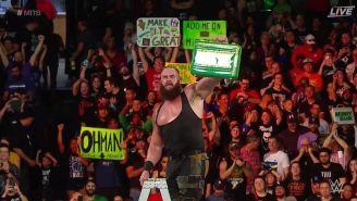 Brawn Strowman posa con el maletín