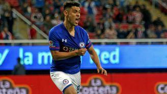 Felipe Mora festeja gol en su paso por Cruz Azul