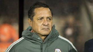 Pompilio Páez observa un juego del Tri