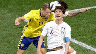 Ki Sung-Yueng pelea un balón por aire