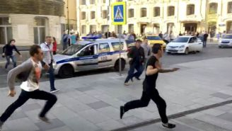 Taxista (negro) corre tras atropellar a 8 personas en Moscú