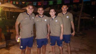 Jugadores de los Pumas a su llegada a Acapulco