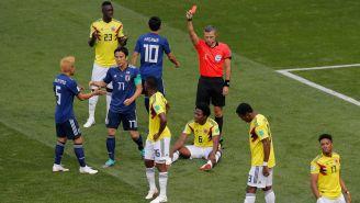 Momento en que el silbante expulsa a Carlos Sánchez