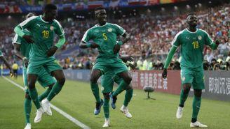 Jugadores de Senegal festejan un gol contra Polonia