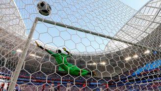 Keylor Navas se lanza sin éxito al balón en el golazo de Kolarov