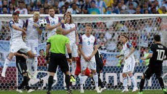 Jugadores de Islandia tapan tiro de Messi