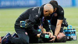 Los médicos de Túnez, atendiendo a Mouez Hassen tras sufrir una lesión contra Inglaterra