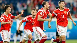 Futbolistas de Rusia celebran un gol contra Egipto