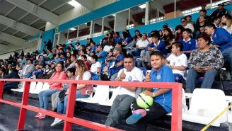 Aficionados observan el entrenamiento de Cruz Azul