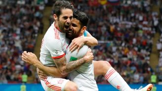 Isco y Costa celebran el único gol de España