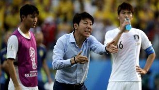 Shin Tae-Yong lanza una indicación a su equipo previo a juego vs Suecia