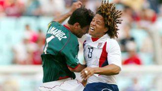 Márquez da un cabezazo a Cobi Jones en el Mundial de 2002