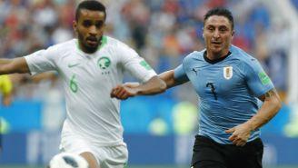 Cristian Rodríguez y Mohammed Alburayk pelean por el balón