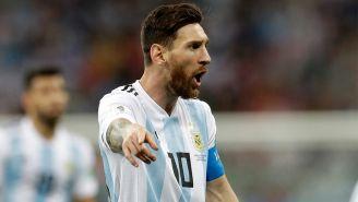 Messi reclama una acción en el duelo contra Croacia