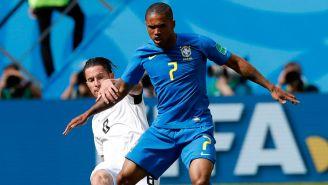 Douglas Costa pelea un balón frente a Oviedo