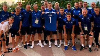 Islandia presume jersey en honor a Carl Ikeme
