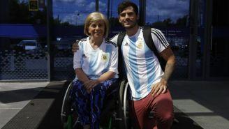 Nora y Emil portan con alegría la playera de Argentina en la Copa del Mundo de Rusia