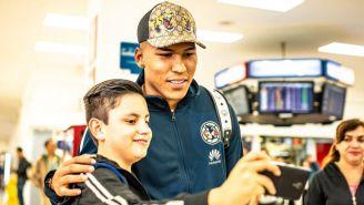 Martínez saluda a un fan a su llegada a México