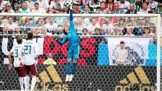 Ochoa realiza una atajada contra Corea en el Mundial