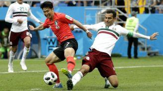Rafa Márquez disputa un balón con Son Heung-min
