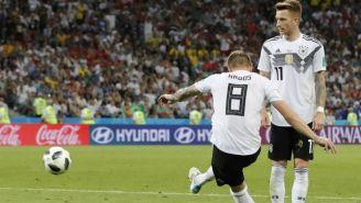 oni Kroos cobra el tiro libre en el que consigue su gol vs Suecia