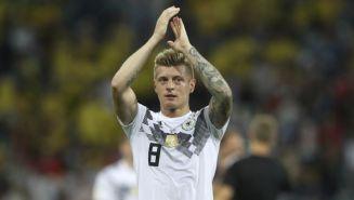 Toni Kroos aplaude tras mararle gol a Suecia
