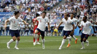 Jugadores de Inglaterra festejan un gol contra Panamá
