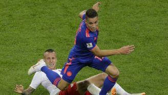 Mateus Uribe disputa un balón con el polaco Jacek Goralski