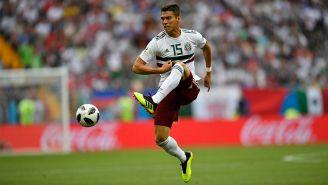 Héctor Moreno controla el balón en el duelo del Tri contra Corea