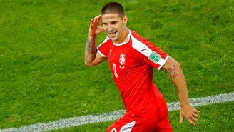 Aleksandar Mitrovic celebra un gol con Serbia