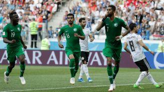 Jugadores de Arabia celebran la victoria contra Egipto