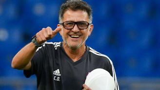 Osorio hace una seña de aprobación en una práctica del Tri
